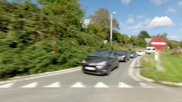 vídeos de stock, filmes e b-roll de north zealand iv sincronizado série direita vista de condução de condução placa de processo - junção de rua ou estrada