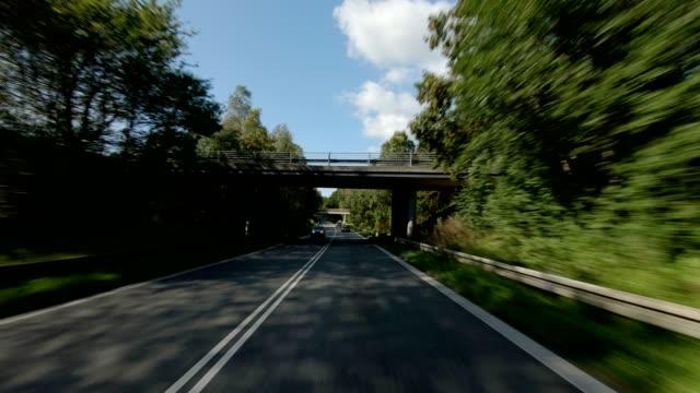 vídeos de stock e filmes b-roll de north zealand viii synced series front view driving process plate - placa de processo em movimento