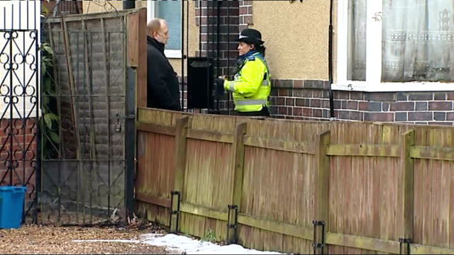 northamptonshire: northampton: ext police outside house - northamptonshire stock-videos und b-roll-filmmaterial