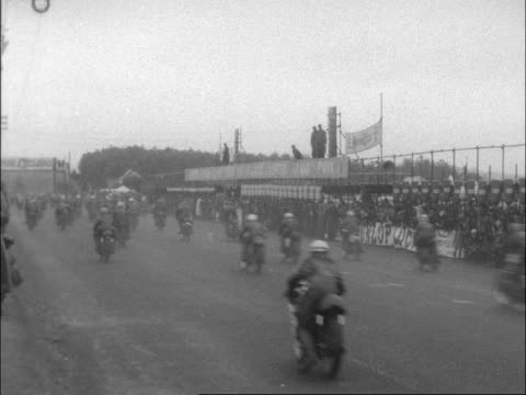 vídeos de stock e filmes b-roll de northen ireland, dundrod. mass start pan with them to bv 2 bikes past - another follows: bv bikes away: lv 2 bikes cornering: bikes away through... - província do ulster