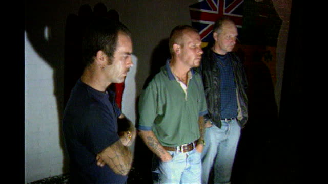 stockvideo's en b-roll-footage met billy wright murder inquiry finds 'no state collusion' 1996 billy wright past mural on wall and standing in front of wall billy wright speaking to... - irish national liberation army