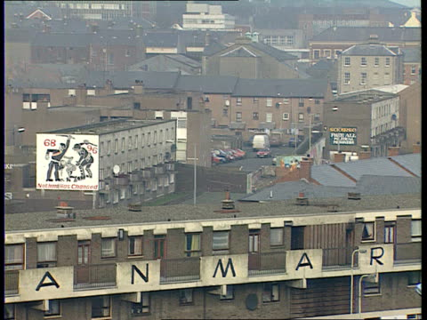 vídeos de stock, filmes e b-roll de bloody sunday derek wilford interview itn n ireland londonderry ext city wall pan rl to tgv londonderry cs section of wall refocus mural on wall of... - cansei de ser sexy