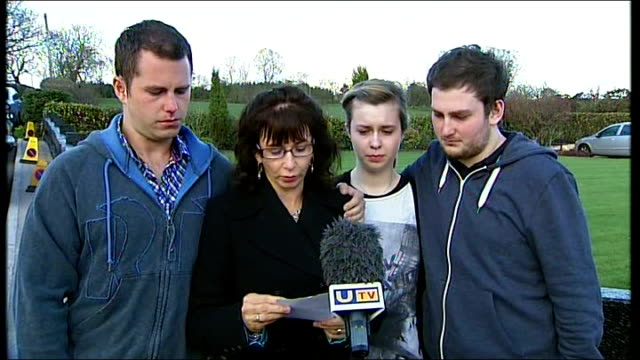 vidéos et rushes de catholic police officer killed in car bomb explosion in omagh northern ireland county tyrone omagh ext nuala kerr along arm in arm with her sons... - salopette