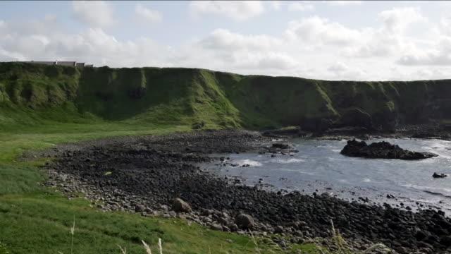 vídeos de stock, filmes e b-roll de northern ireland cliffs and pebble beach near giants causeway - província de ulster