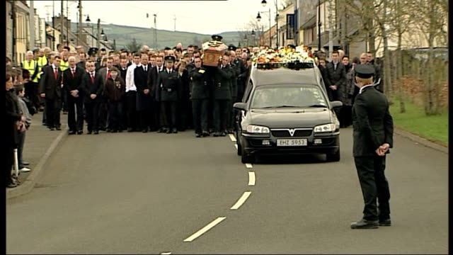 constable ronan kerr murder mother interview date coffin of ronan kerr carried along by police colleagues at funeral martin mcguinness and peter... - リチャード・パロット点の映像素材/bロール
