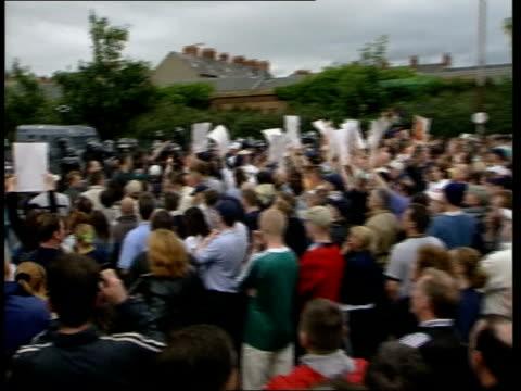 david trimble resignation; lib northern ireland: belfast gvs crowd of nationalist protestors facing line of riot police - itv late evening bulletin点の映像素材/bロール