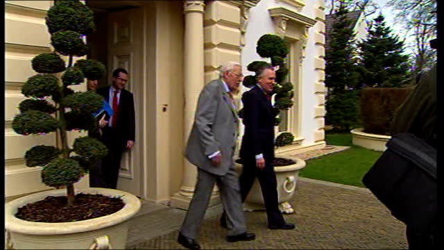 democratic unionists and sinn fein power sharing government ext hain and ian paisley along from building to car with press around dissolve to - シンフェイン点の映像素材/bロール