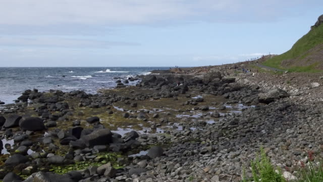 vídeos de stock, filmes e b-roll de northern ireland giants causeway pebble beach and distant view - província de ulster