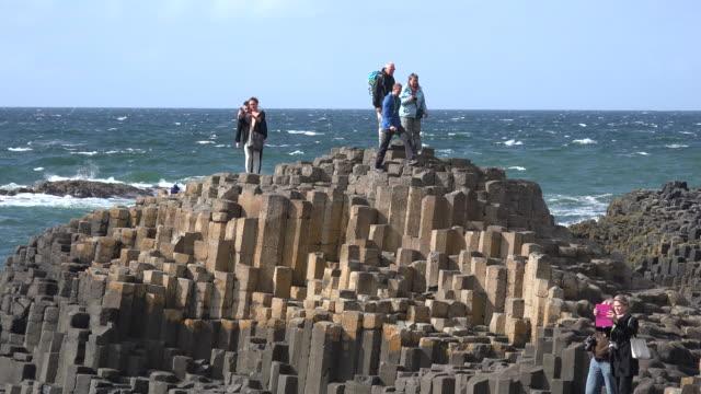 vídeos de stock, filmes e b-roll de northern ireland giants causeway people exploring - província de ulster