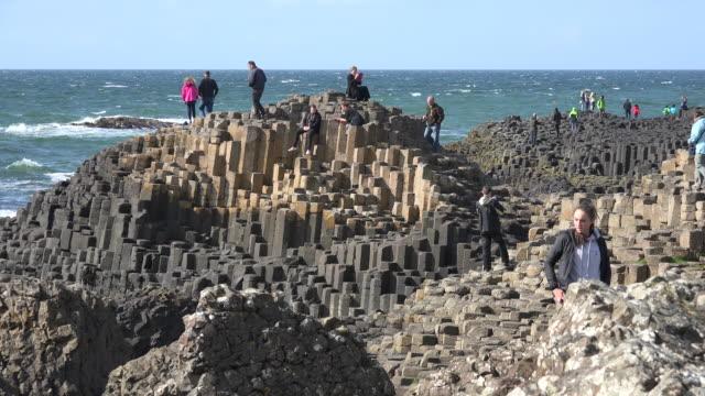 vídeos de stock, filmes e b-roll de northern ireland giants causeway people with geology - província de ulster