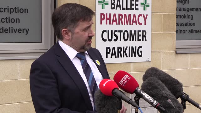 vídeos y material grabado en eventos de stock de northern ireland health minister robin swann speaks after receiving his first dose of the astrazeneca covid-19 vaccine on the day that eligibility in... - robin day