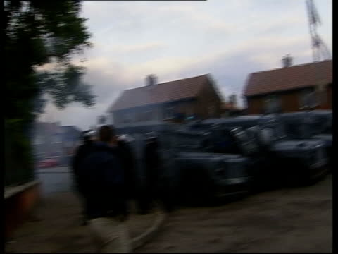 vídeos de stock e filmes b-roll de holy cross school further violence utv ireland belfast ext riot police in standoff with local residents at roadblock outside the catholic holy cross... - belfast
