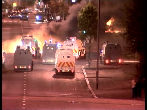 loyalist violence/ceasefire declared over; itn northern ireland: belfast: shankill road ext/night gv loyalist rioters throwing missiles at police gvs... - ceasefire stock videos & royalty-free footage