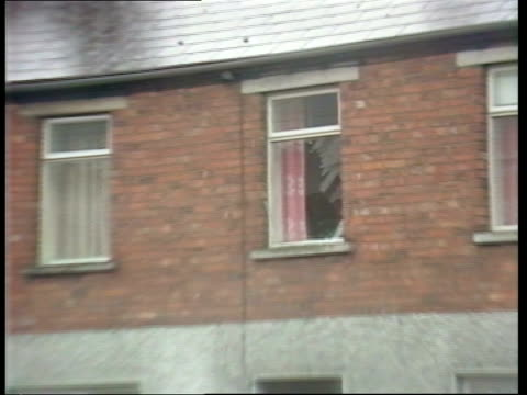 vidéos et rushes de newry mortar attack; northern ireland: co down: newry: av ext police station, scaffolding outside pull back union jack flying at half mast track... - irlande du nord