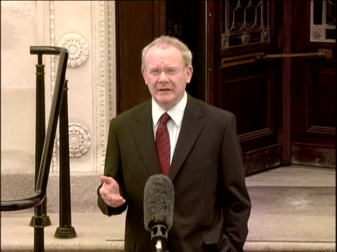 northern ireland peace process: arrivals at stormont for swearing-in ceremony; northern ireland: belfast: stormont: ext martin mcguinness along past... - democratic unionist party 個影片檔及 b 捲影像