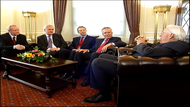 new powersharing government sworn in tony blair mp bertie ahern reverend ian paisley martin mcguinness and peter hain mp seated together on sofas for... - バーティ アハーン点の映像素材/bロール