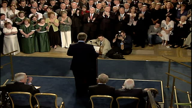 new powersharing government sworn in northern ireland belfast stormont int tony blair mp bertie ahern reverend ian paisley and martin mcguinness... - バーティ アハーン点の映像素材/bロール