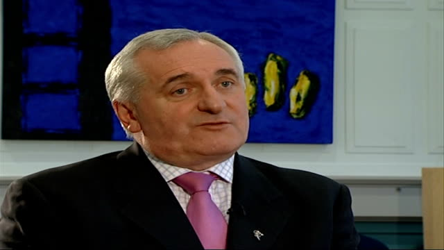 new powersharing government sworn in dublin reporter along corridor with bertie ahern bertie ahern interview sot the peace process in northern... - バーティ アハーン点の映像素材/bロール