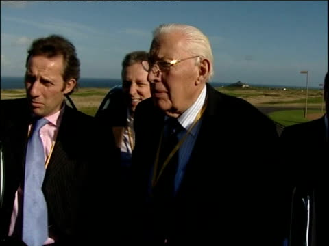 talks at st andrews press conferences with martin mcguinness and reverend ian paisley ian paisley mp along from car with nigel dodds mp peter... - イアン ペイズリー シニア点の映像素材/bロール