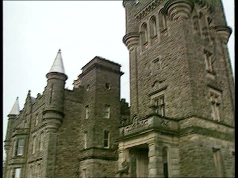 northern ireland politicians continue talks as part of the brooke initiative northern ireland belfast stormont castle ext ms car arriving carrying... - ストーモント点の映像素材/bロール