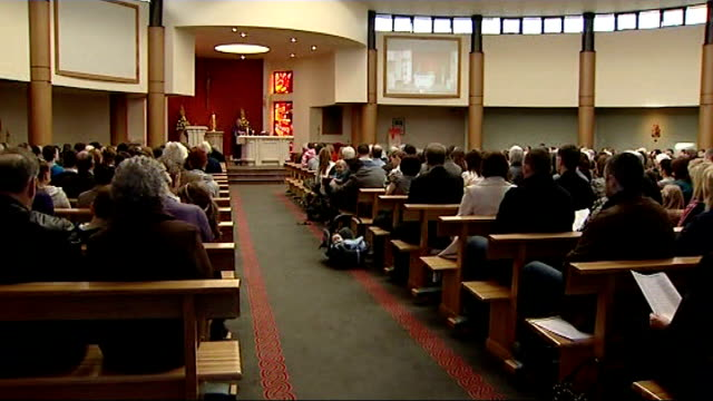 vidéos et rushes de prayers for peace following murders / unrest after arrest of prominent republican northern ireland county down banbridge st therese's church int... - banc