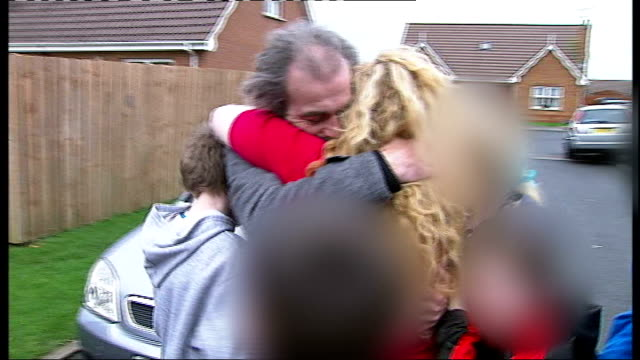 vídeos y material grabado en eventos de stock de brian shivers found guilty ext colin duffy hugging woman and children outside house at his homecoming - vuelta a casa