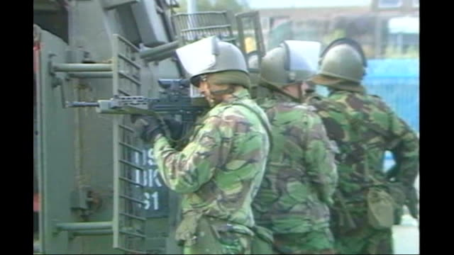 utv northern ireland troubles footage clipreel 169 1990s close shots of british soldier looking through sa80 rifle scope - fadenkreuz stock-videos und b-roll-filmmaterial