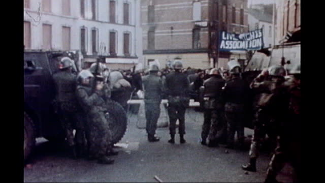 vídeos y material grabado en eventos de stock de northern ireland troubles footage clipreel: 16:9; 30.1.1972 - bloody sunday londonderry: bogside: general views bloody sunday civil rights march,... - irlanda del norte