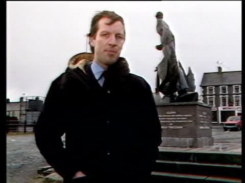 vídeos y material grabado en eventos de stock de ulster elections northern ireland ulster crossmaglen ext reporter to camera - provincia de ulster