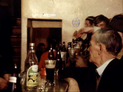 vidéos et rushes de ulster vote; northern ireland: country fermanagh: lisnaskea ext gv pub zoom in / int pub with frank maguire mp serving behind bar / various gvs of... - irlande du nord