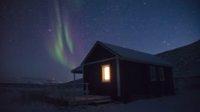 northern light in greenland - capanna di legno video stock e b–roll