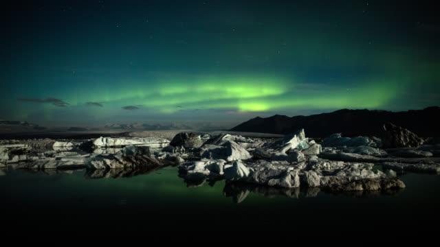 vídeos de stock e filmes b-roll de northern lights over arctic icebergs - time lapse - aurora polar