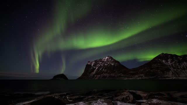 nordlichter über dem arktischen ozean - zeitraffer - astronomie stock-videos und b-roll-filmmaterial