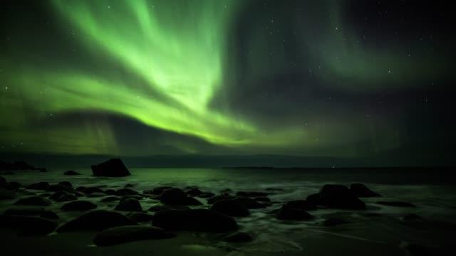 nördlichen lichter über die lofoten inseln in norwegen - polarlicht stock-videos und b-roll-filmmaterial