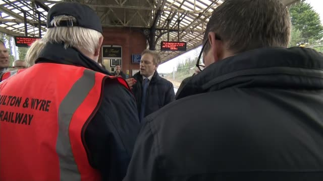 northern rail to be taken into public ownership grant shapps mp talking to people on platform pan people on platform talking to grant shapps... - franchising stock-videos und b-roll-filmmaterial