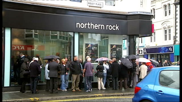 northern rock loan error costs taxpayers hundreds of millions of pounds 2007 london ext queues outside northern rock building society - ローラ・クエンスバーグ点の映像素材/bロール