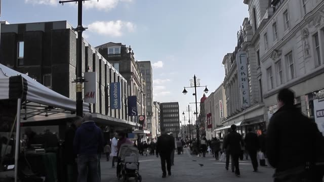 stockvideo's en b-roll-footage met northumberland street in newcastle upon tyne, is a major shopping street in the centre of the town. it is the most expensive location outside of... - shopping centre