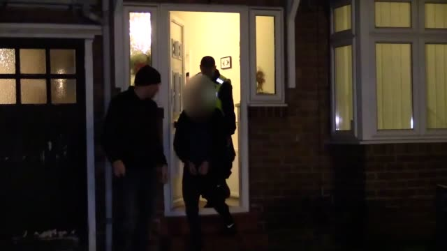 vidéos et rushes de northumbria police officers force their way into a house in the west end of newcastle and made two arrests in an attempt to break a modernday slavery... - nord est de l'angleterre