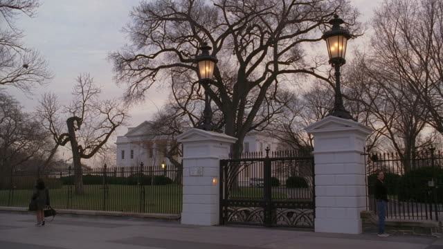 vídeos y material grabado en eventos de stock de la northwest gate of the white house at sunset / washington, d.c., united states - neoclásico