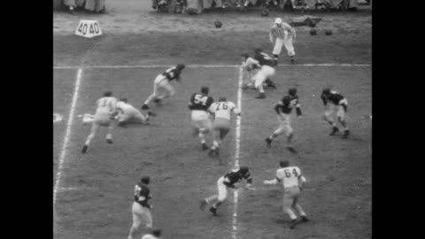 vidéos et rushes de northwestern wildcats, coached by bob voight and the california golden bears coached by pappy waldorf, play the rose bowl to a packed stadium /... - 1949
