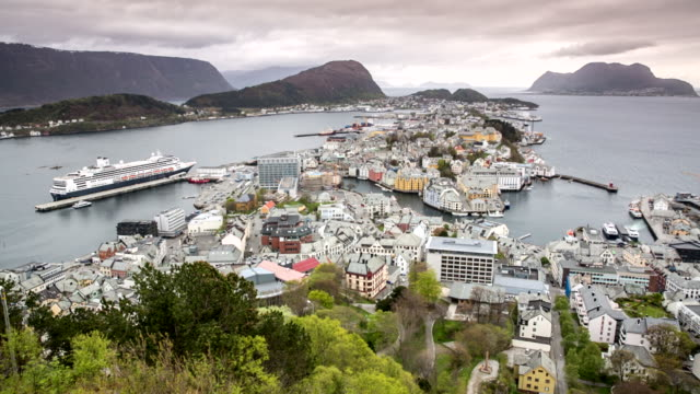 norway, alesund, view on historic city center in jugendstil style from aksla mountain. unesco world heritage site. left cruise ship ms rotterdam from holland-america line - norvegia video stock e b–roll