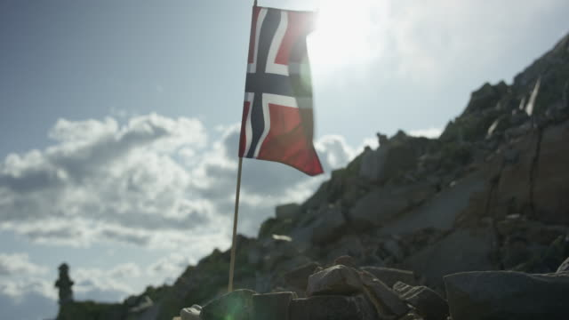 norwegian flag swaying in the wind on top of a gaustatoppen in norway - national landmark stock videos & royalty-free footage