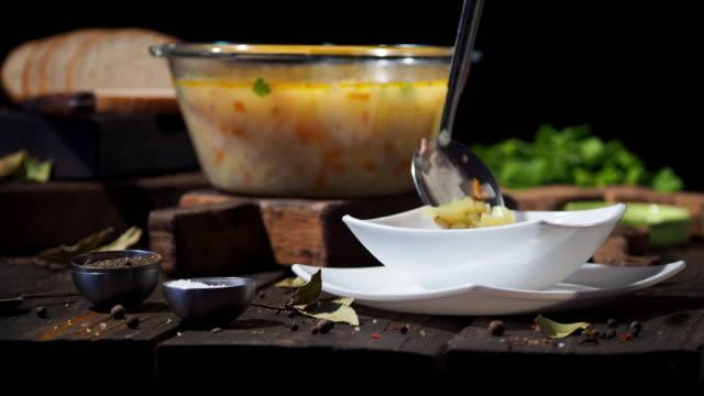 vídeos de stock e filmes b-roll de norwegian salmon soup - concha utensílio de servir