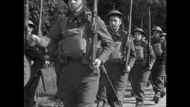 vidéos et rushes de norwegian soldiers marching in england / soldiers gathered around instructor w/ rifle / instructor talking / soldier listening. - army soldier