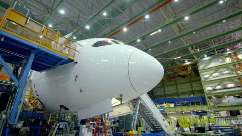 vídeos y material grabado en eventos de stock de nose and body of plane in boeing hangar - vehículo aéreo