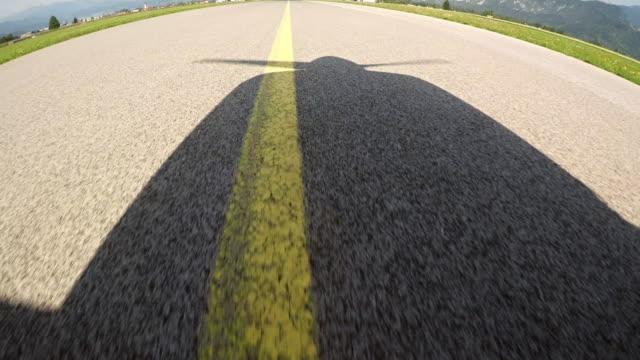ld flugzeugnase licht wirft einen schatten während der bewegung entlang der landebahn bei sonnenschein - segelflugzeug stock-videos und b-roll-filmmaterial