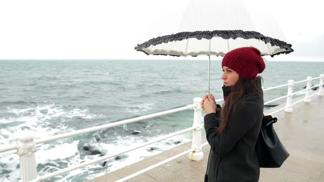 vídeos de stock e filmes b-roll de nostalgia mulher a olhar para o mar. - chapéu