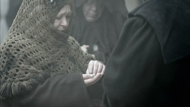 nostradamus gives villagers medicine for an illness. - mittelalterlich stock-videos und b-roll-filmmaterial