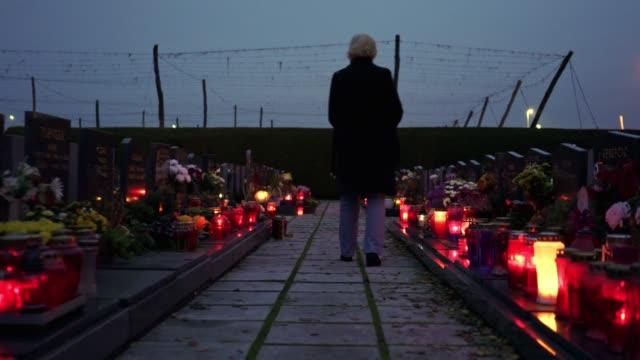 inte en dag utan att inte du är på mitt sinne - äldre dam på kyrkogården - begravning bildbanksvideor och videomaterial från bakom kulisserna