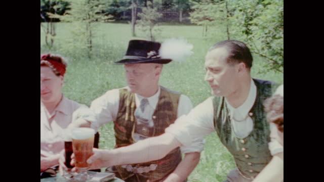 vidéos et rushes de from eva braun's home movie collection - table de pique nique